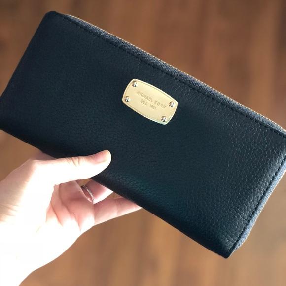 6358937a9318f Michael Kors Jet Set Leather Wallet - Black Gold. M 5a7ddd6a5521bea21cccdb7e